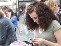 Женщина с мобильным телефоном