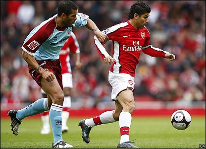Arsenal striker Eduardo brings the ball away from Clarke Carlisle