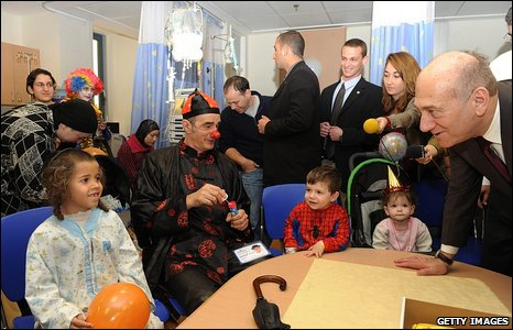 Prime Minister Ehud Olmert (R) visits children in Hadassa hospital for the Purim holiday on March 10, 2009 in Jerusalem, Israel