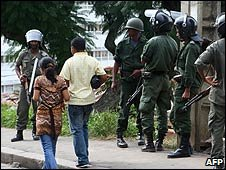 Police on the road to the French embassy in Antananarivo, Madagascar (10/03/2009)