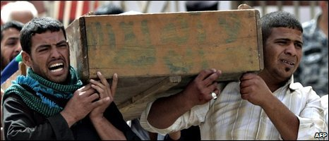 Iraqis carry the coffin of a relative in Baghdad 08/03