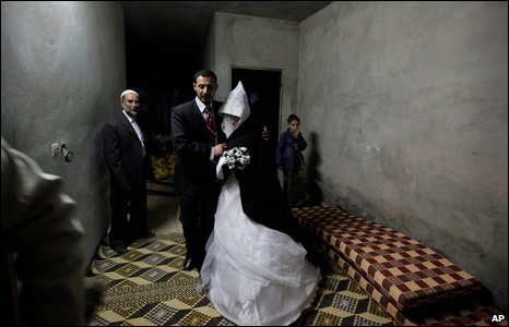 Newly-weds Reem Abu Leila, 24, and her husband Haitham Attar, 26, in Beit Lahiya, northern Gaza, 10 March