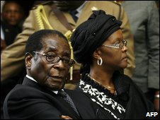 Robert Mugabe (L) and his wife Grace
