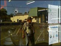 Пулевые отверстия в витрине одного из кафе в города Самсон