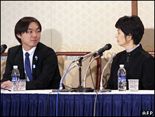 Koichiro Iizuka (L) and Kim Hyon-hui at a news conference in Busan on 11 March 2009