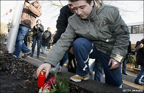 A man places a candle at the scene of the shooting in Winnenden, Germany