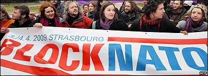 Activistas contra la OTAN