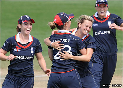 Laura Marsh produces a career-best 5-15 as England complete their first round group with an eight-wicket win over Pakistan