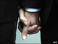 Hombres cogidos de la mano