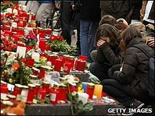 Students lay tributes at Albertville school in Winnenden, Germany (12/03/2009)
