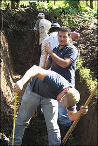 Estudiantes de la Universidad EARTH excavan la fosa para un biodigestor (Foto: gentileza Universidad EARTH)