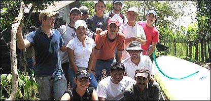 Estudiantes y profesores de la Universidad EARTH junto a un biodigestor que acaban de instalar (Foto: gentileza Universidad EARTH)