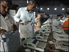 Technicians check voting machines in Ahmadabad, March 2009