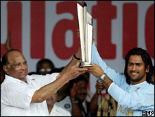 Sharad Pawar and Indian cricket captain Singh Dhoni display the world cup Twenty20 trophy in Mumbai, September 2007