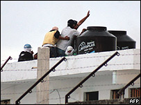 Internos amotinados ocupan la azotea de la prisión de Cancún