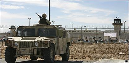 Militares mexicanos vigilan la cárcel de Ciudad Juárez durante un motín