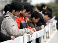 Chinese jobseekers fill in forms