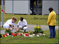 Staff at the pyschiatric clinic in Winnenden lay flowers at the site where a man was shot (12 March 2009)