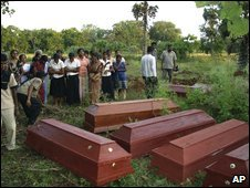 Tamils gather to bury dead relatives after fighting in Vishwamadu, 12 February