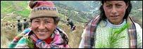 Dos peruanas listas para plantar un árbol