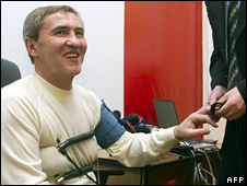Leonid Chernovetskiy prepares for a lie detector testing during his mayor election campaign in Kiev (9 March 2006)
