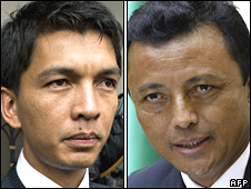 Opposition leader Andy Rajoelina (L) and President Marc Ravalomanana