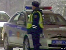 A Russian policeman near the bank where the hostages were seized in Leninsk-Kuznetsky