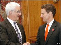 Алистер Дарлинг (слева) и Тимоти Гейтнер
