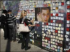 Israel's post notes to Sgt Gilad Shalit on a board outside President Ehud Olmert's house in Jerusalem (12/03/2009)