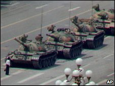 Lone students stops tanks in Tiannamen Square 1989