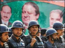 Pakistani police ring the residence of Nawaz Sharif in Lahore, 15 March