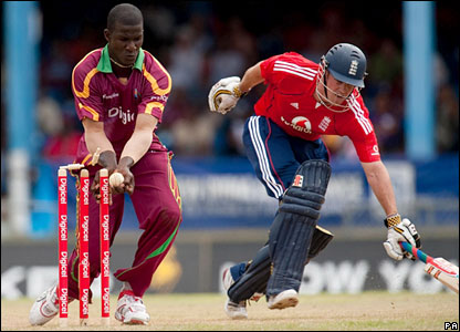 Andrew Strauss is run out by Darren Sammy