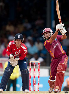 Ramnaresh Sarwan hits out, watched by keeper Steve Davies