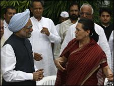 Manmohan Singh (l) and Sonia Gandhi