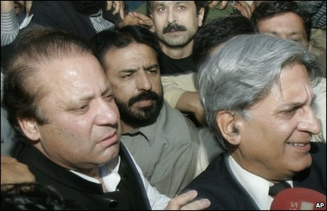 A crowd of supporters jostle opposition leader Nawaz Sharif and lawyers leader, Aitzaz Ahsan