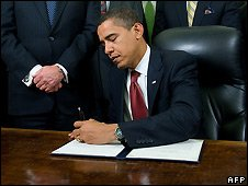 Barack Obama signs the executive order to close Guantanamo Bay prison camp (22 January 2009)