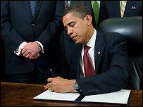 Барак Обама подписывает указ о закрытии тюрьмы в Гуантанамо