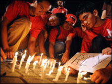 Red Cross Youth Volunteers vigil for ICRC hostages, Manila 25 Feb 09