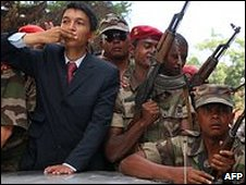 Madagascar opposition leader Andry Rajoelina (c) parades through Antananarivo on 17 March 2009