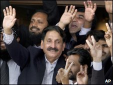 Iftikhar Chaudhry (centre) celebrates in Islamabad, 16 March