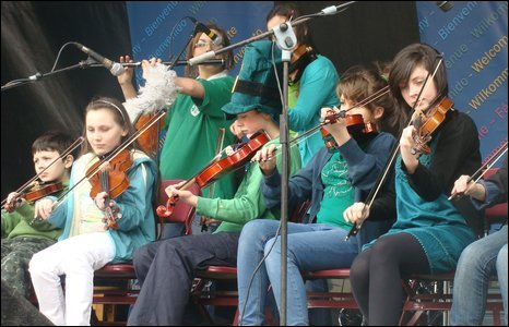 Members of the Pilot's Row branch of Comhaltas Ceolt�ir� �ireann performing at Derry's St Patrick's Day concert