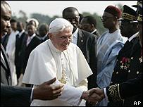 Papa Benedicto XVI llega a Camerún