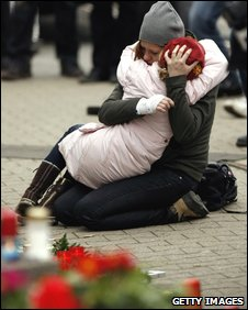 A woman and girl grieve in Winnenden, 12 March