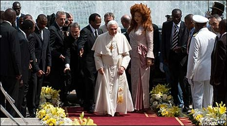 Pope Benedict XVI with Cameroon President Paul Biya and officials in Yaounde (18 March 2009)