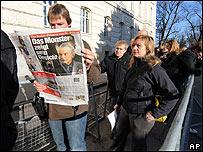 Periodistas antes de entrar al tribunal.