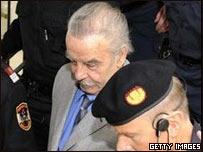 Josef Fritzl entrando al tribunal.