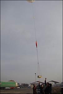 Momento del lanzamiento (Foto: Meteotek, IES La Bisbal)