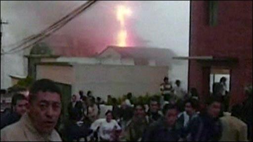 Renewed flames forces onlookers to flee crash scene