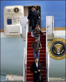 Obama family leave Air Force One on 16 February 2009