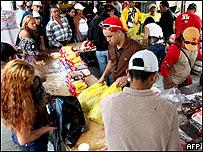 Venezolanos compran arroz